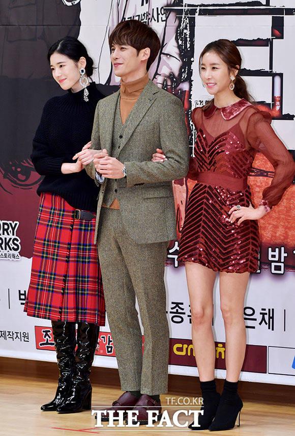 정은채(왼쪽)와 한은정...미녀 사이에 낀(?) 박기웅