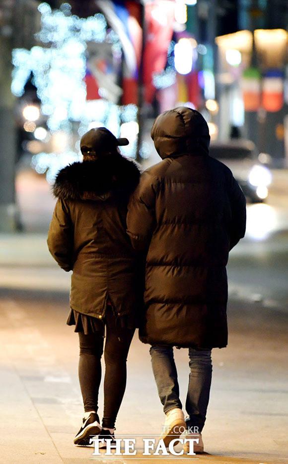 집으로 향하는 두 사람은 자연스럽게 팔짱을 끼며 다정한 모습을 보였다. /이덕인 기자