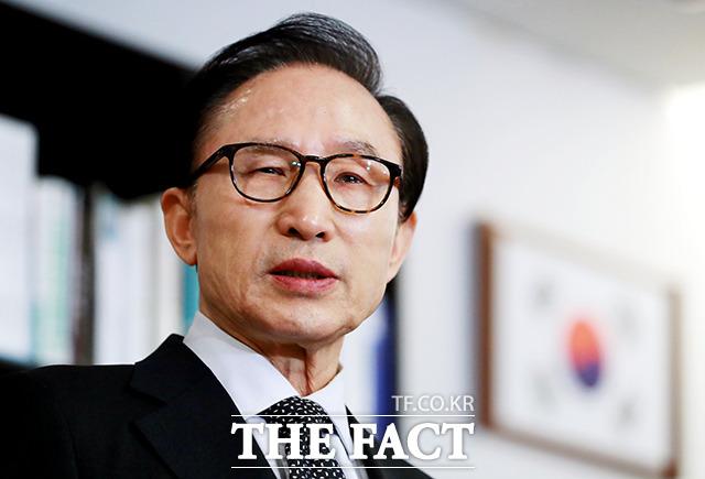 이명박 전 대통령이 17일 오후 서울 강남구 삼성동 사무실에서 자신과 측근들을 향한 수사 등과 관련한 입장을 발표하고 있다./이덕인 기자