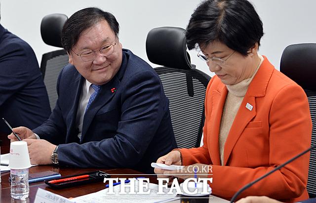 미소 짓고 있는 김태년 정책위의장