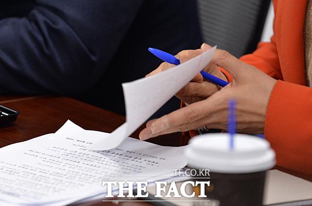 종이를 접고 있는 김영주 장관