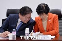 [TF사진관] 당정 김태년·김영주, '필담으로 은밀한 대화'