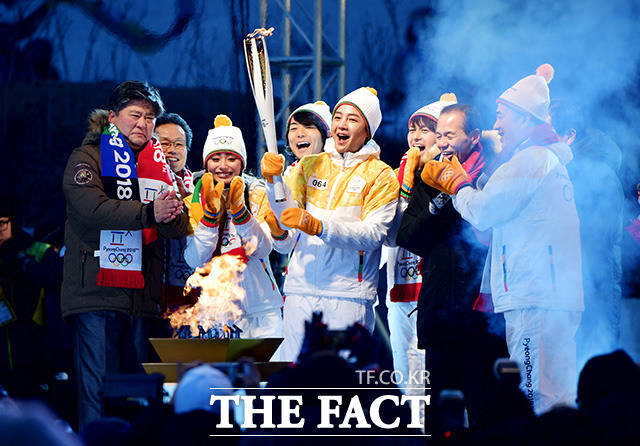 The 2018 Pyeongchang Winter Olympic Games in Chuncheon Province The final actor Jang Geun-suk (fifth from the left) is holding a finale with the participants during the opening ceremony held on the 29th in Gangwon Province in the afternoon of the 29th.
