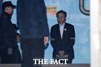 [TF포토] 우병우, '징역 8년 구형… 굳은 표정으로 다시 구치소행'