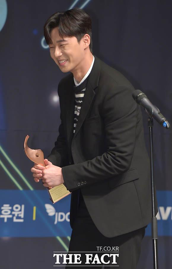 배우 박서준이 30일 오후 서울 중구 프레스센터에서 열린 제9회 올해의 영화상에 참석해 올해의 신인상을 수상하고 있다. /김세정 인턴기자