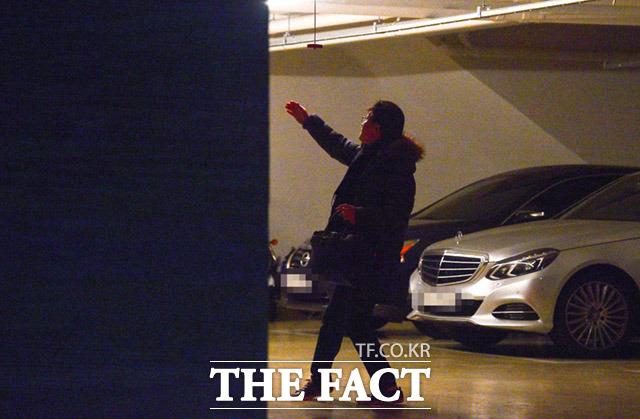 자택인 서울 서초구 모 아파트 지하주차장에 내린 안태근 전 국장. 지하 1층에서 취재진을 목격하고 배회한 뒤 밖으로 빠져 나갔다. /임세준 기자