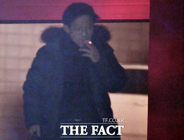 안태근 전 국장이 30일 오후 서울 서초구의 한 모처에서 모습을 드러냈다. 그는 한 손에 서류가방을 들고 담배를 태웠다. 빠른 속도로 담배를 피우면서 주변을 살폈다. /이덕인 기자