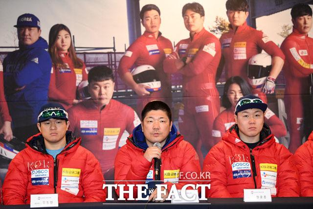 취재진 질문에 답하는 김동현, 이용 총감독, 원윤종 선수