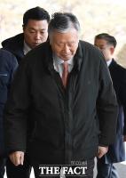 [TF포토] 검찰 재소환에 '고개 떨군' 이중근 부영 회장