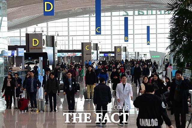 여행사들의 1월 해외여행 상품 판매가 월간 기준 사상 최대를 기록했다. 사진은 지난달 18일 개장한 인천국제공항 제2여객터미널 출국장이 승객들로 붐비는 모습. /남용희 기자