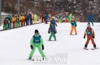 [TF포토] 마식령스키장에서 스키와 썰매 즐기는 북한 주민들