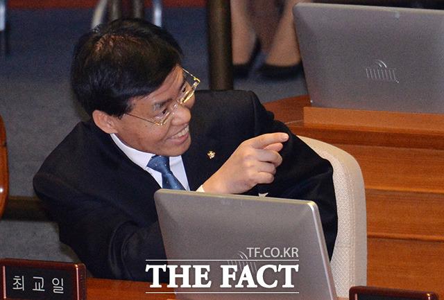 검사 성추문 은폐 의혹을 받는 최교일 자유한국당 의원이 5일 오후 서울 여의도 국회에서 열린 본회의에서 밝은 모습으로 동료 의원들과 대화를 나누고 있다. /문병희 기자