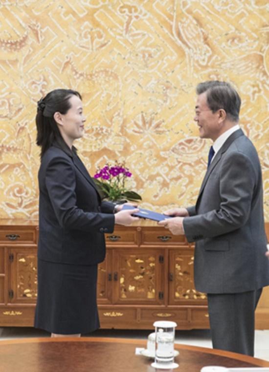 김여정 부부장이 지난 10일 청와대를 찾아 김정은 위원장 명의의 친서를 문재인 대통령에게 전달하는 모습./청와대 제공