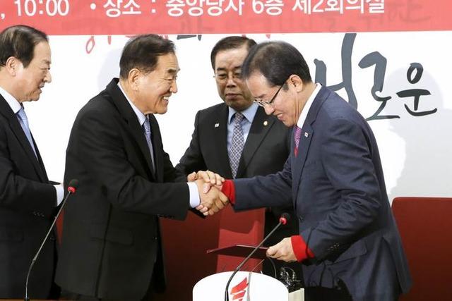이재오 늘푸른한국당 전 대표가 12일 자유한국당을 복당했다. 입당식에서 악수하는 홍준표 대표와 이 전 대표. /자유한국당 제공