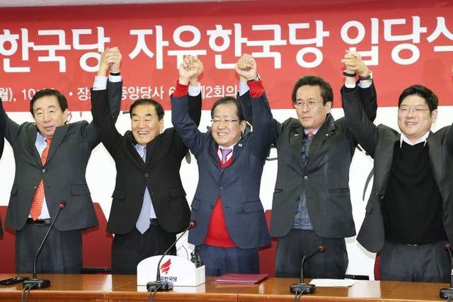 이재오 전 대표와 홍준표 대표가 입당식에서 함께 손을 들어올리고 있다. /자유한국당 제공