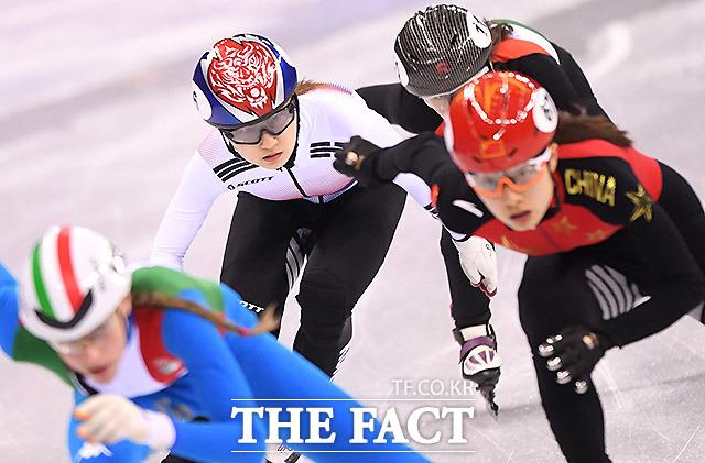 선수들과 몸싸움 하는 한국의 최민정
