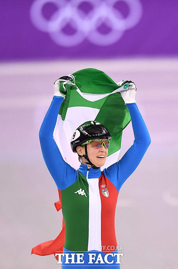 13일 오후 강원도 강릉아이스아레나에서 열린 2018평창동계올림픽 쇼트트랙 여자 500m 결선 경기에서 이탈리아 아리아나 폰타나가 1위를 한 후 기뻐하고 있다. 이날 한국의 최민정은 2위로 골인 했으나 페널티를 받고 실격 처리됐다. /강릉=임영무 기자