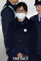 [TF포토] '비선 실세' 최순실, '마스크 쓴 채 선고 공판 출석'