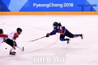 [TF포토] '날아서 슈팅~' 첫 골 기다려지는 단일팀의 한일전