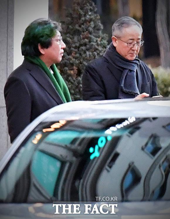 설을 하루 앞두고 이명박 전 대통령을 찾은 김상협 전 녹색성장기획관(왼쪽)과 최금락 전 홍보수석. /대치동=이덕인 기자