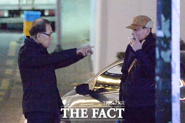 하금열 전 비서실장(왼쪽)과 김효재 전 정무수석이 심각하게 대화를 나누고 있다. /대치동=문병희 기자