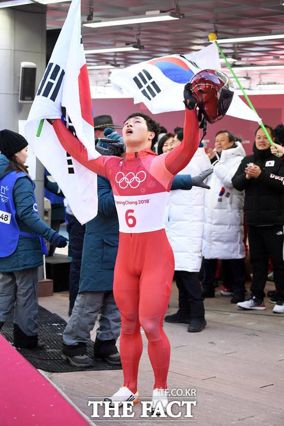 16일 오전 평창 올림픽 슬라이딩센터에서 열린 2018 평창 동계올림픽 남자 스켈레톤 경기에 출전한 한국 윤성빈이 4차 레이스를 마치고 금메달을 확정지은 뒤 기뻐하고 있다. /평창=임영무 기자