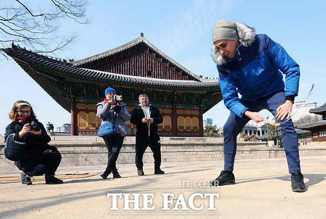 설 명절인 16일 오후 서울 종로구 덕수궁에서 외국인들이 전통 팽이치기를 즐기고 있다. /이동률 인턴기자