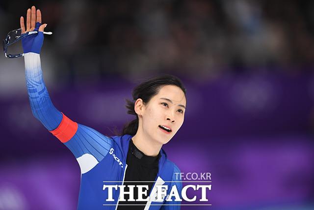 18일 오후 강원도 강릉 스피드 스케이팅장에서 열린 2018 평창동계올림픽 여자 스피드 스케이팅 500m 경기에 출전한 한국의 김현영이 역주를 펼친뒤 관중을 향해 손을 흔들고 있다./임영무 기자