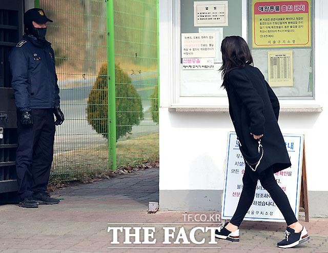 우병우 전 수석의 딸이 서울구치소를 찾아 우 전 수석을 면회를 하고 있다. /임세준 기자