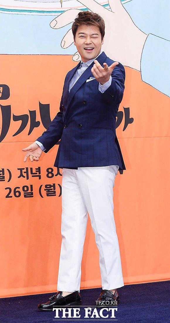 방송인 전현무가 20일 오후 서울 마포구 스탠포드호텔에서 열린 tvN 우리가 남이가 제작발표회에 참석해 포토타임을 갖고 있다. /이동률 인턴기자