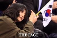 [TF포토] 배두나, '태극기 흔들며 쇼트트랙 선수들 응원'