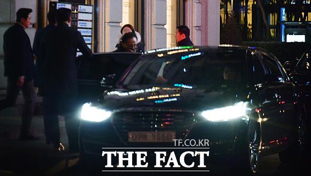 지난 15일 이명박 전 대통령이 삼성동 사무실에서 측근들과 모임을 가진 뒤 차량에 올라타고 있다. /삼성동=이덕인 기자
