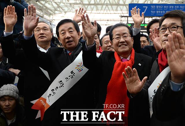 이명박 전 대통령에 대한 검찰 소환이 임박한 것으로 전해지는 가운데 자유한국당이 여유로운 모습이다. 이유가 뭘까. 사진은 지난 14일 설 귀성객에게 인사하는 한국당 지도부. /김세정 인턴기자