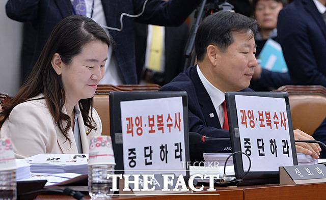 과잉·보복 수사 중단하라가 적힌 종이를 자신의 노트북에 붙이고 회의에 임하는 신보라(왼쪽), 이철규 자유한국당 의원