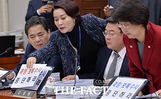 곽상도, 김성원, 김승희 등 자유한국당 소속 의원들이 '과잉·보복 수사 중단하라'가 적힌 종이를 자신의 노트북에 붙이고 있다.