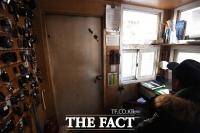 [TF포토기획] '끝내 손 내민 사람은 없었다'...유명 APT 경비의 고달픈 '삶'