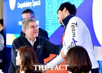 [TF사진관] 토마스 바흐 IOC 위원장, '윤성빈 향한 과한(?) 애정 표시'