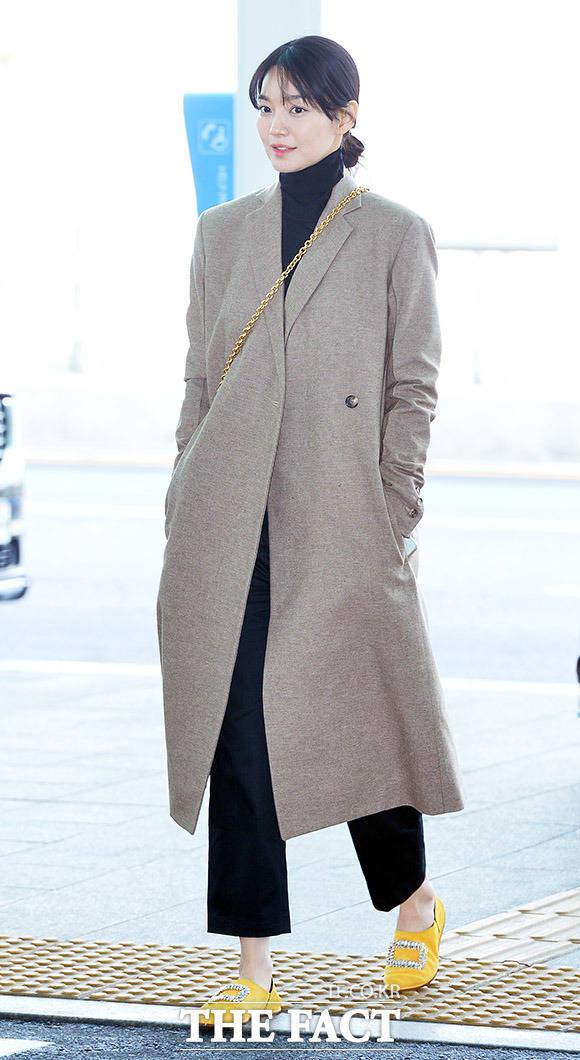 배우 신민아가 24일 오후 인천국제공항 제2터미널 출국장으로 이동하고 있다. /인천국제공항=이동률 인턴기자