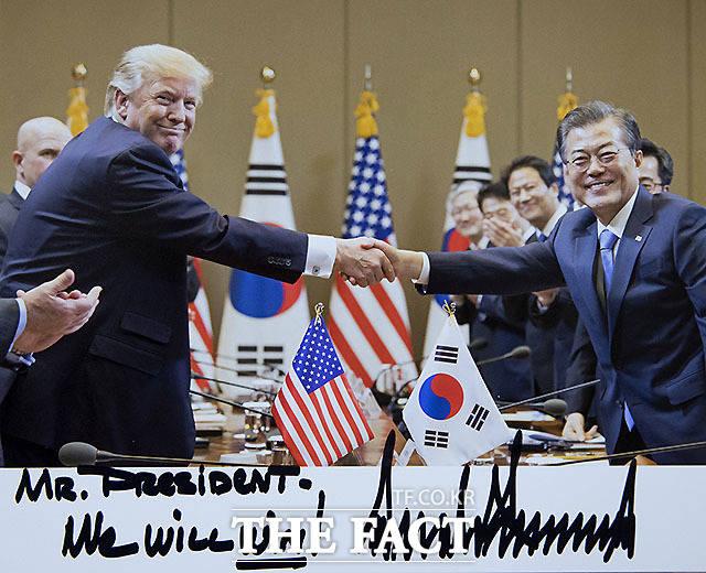 청와대는 도널드 트럼프 미국 대통령이 지난달 주한 미 대사관을 통해 문재인 대통령에게 보낸 사진을 23일 공개했다. 작년 11월 트럼프 대통령 방한 때 미국 측에서 촬영한 것으로, 트럼프 대통령의 자필 서명과 함께 'We will win!'(우리가 이길 것)이라는 문구가 적혀 있다. /청와대 제공