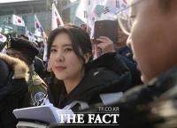 [TF포토] '오늘은 어떤 돌직구를?'…태극기 집회 현장 찾은 강유미