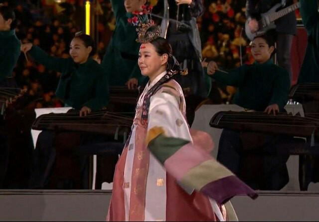 이하늬는 25일 펼쳐지는 평창동계올림픽 폐막식 첫 번째 공연 조화의 빛에서 전통 무용인 춘앵무를 선보였다. /SBS 폐막식 중계 캡쳐