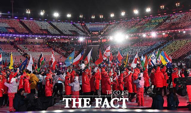 대회에 참가한 92개국 2900여 명의 선수들은 흘러나오는 음악에 맞춰 몸을 흔들며 흥겨운 감정을 감추지 않았다.