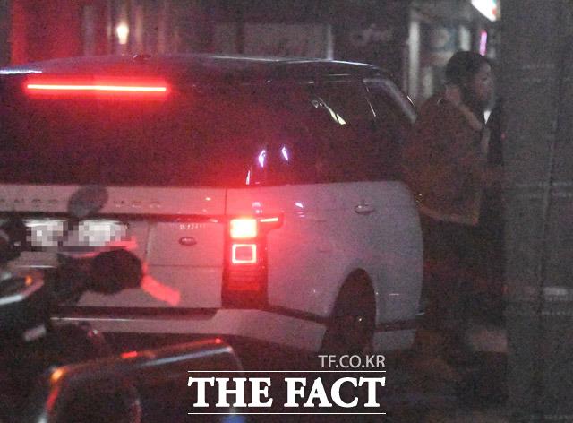 고깃집을 출발해 집 앞에 도착한 차량. 한혜진이 정문과 반대에 있는 지하주차장 앞에서 하차하고 있다.