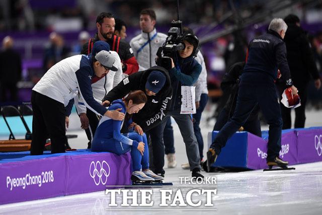 18일 오후 강원도 강릉 스피드 스케이팅장에서 열린 2018 평창동계올림픽 여자 스피드 스케이팅 500m 경기에 출전한 한국 이상화가 37초 33을 기록, 은메달을 확정짓고 눈물을 흘리고 있다.   2018. 02. 18 임영무 기자