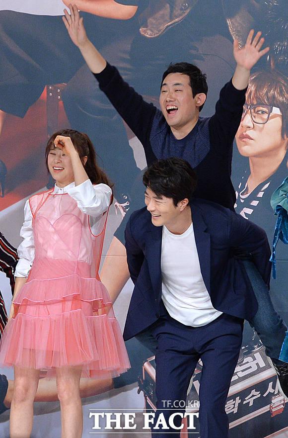 배우 권상우가 최윤석 감독을 업고 있다.