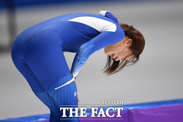18일 오후 강원도 강릉 스피드 스케이팅장에서 열린 2018 평창동계올림픽 여자 스피드 스케이팅 500m 경기에 출전한 한국 이상화가 37초 33을 기록, 은메달을 확정짓고 눈물을 흘리고 있다./임영무 기자