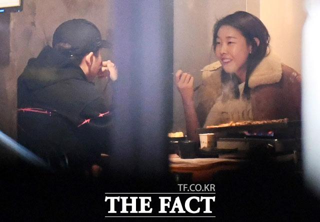 썸 아니고 사랑입니다! MBC 예능프로 나 혼자 산다에 출연하는 전현무와 한헤진이 23일 밤 서울 압구정동의 한 식당에서 사랑스런 눈길을 주고받으며 식사를 하고 있다. 이들의 사랑은 방송용이 아니라 실제였다./ 압구정동=배정한·남용희·임세준 기자