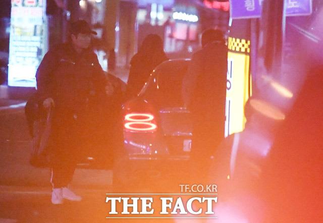 지난 20일, 한혜진 아파트 앞 식당을 찾아 차에서 내리고 있는 전현무.