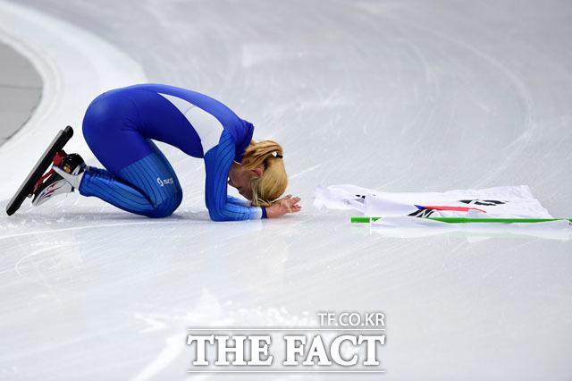 스피드스케이팅 여자 매스스타트에서 은메달을 따낸 김보름이 태극기를 펼치고 큰절을 하고 있다. 김보름의 사죄에도 논란은 줄어들지 않고 있다. /평창=임영무 기자