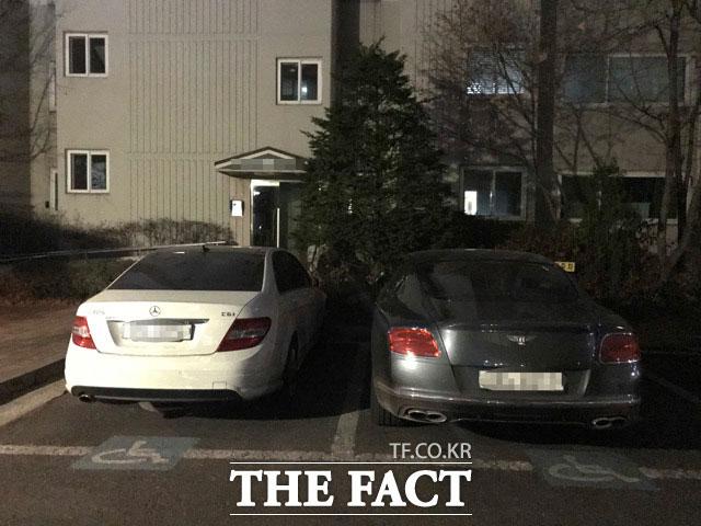 한혜진의 아파트에 자신의 벤틀리 차량(오른쪽)을 주차한 전현무는 연인의 집으로 모습을 감췄다.